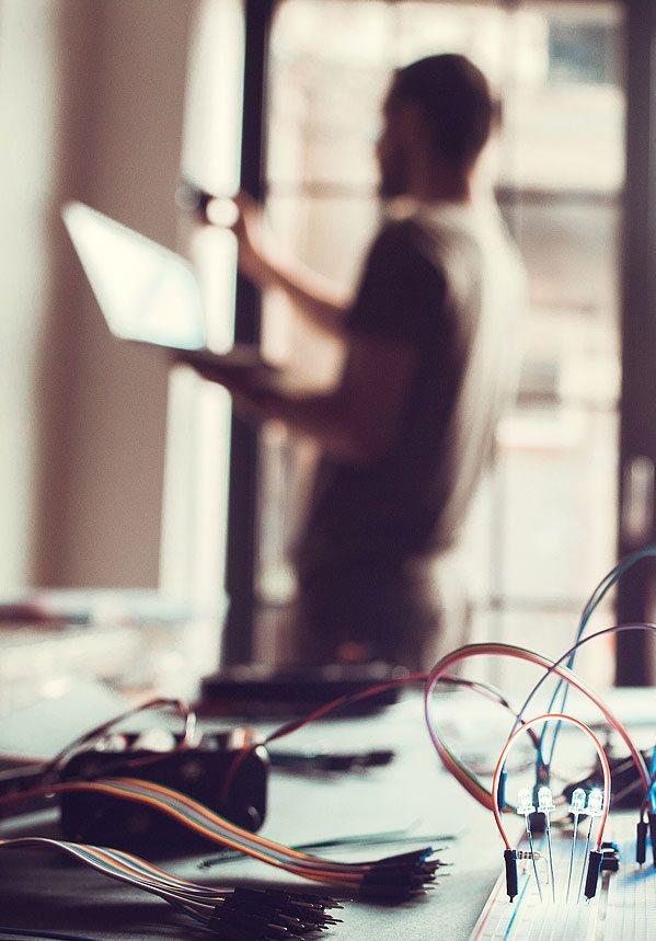 Ein Mann bringt LEDs zum Leuchten, indem er sie über seinen Laptop-PC einschaltet.